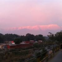 夕陽で赤く焼けたヒマヤラ山脈