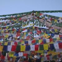 風になびいて世界に広がるチベット仏教の教え(タルチョ)