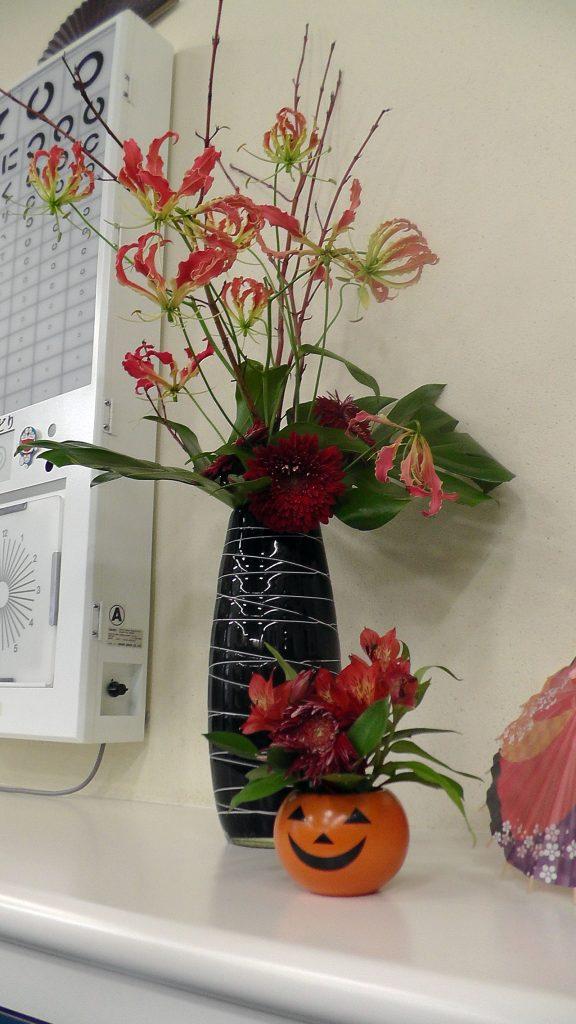季節にあわせたお花を飾っています。