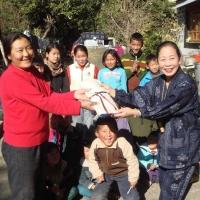 チベット子供村で文房具を寄贈